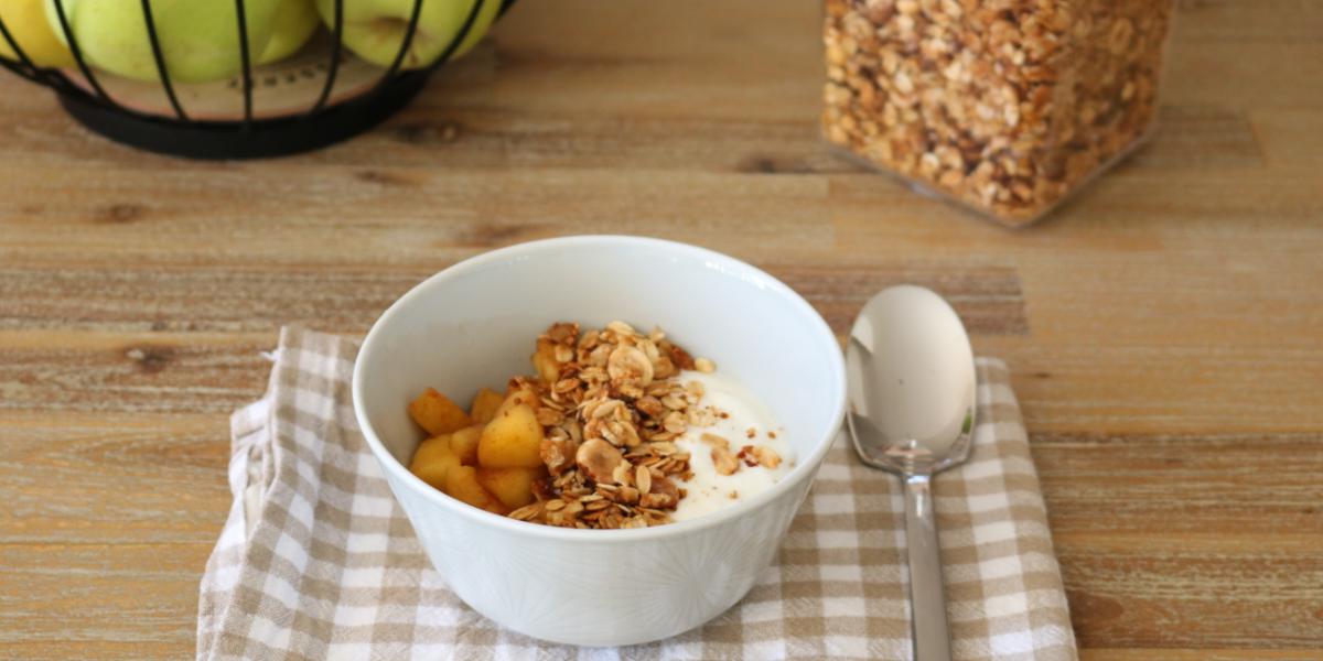 Granola casolana amb iogurt i poma caramel·litzada